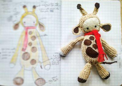 giraffa sciarpa rossa